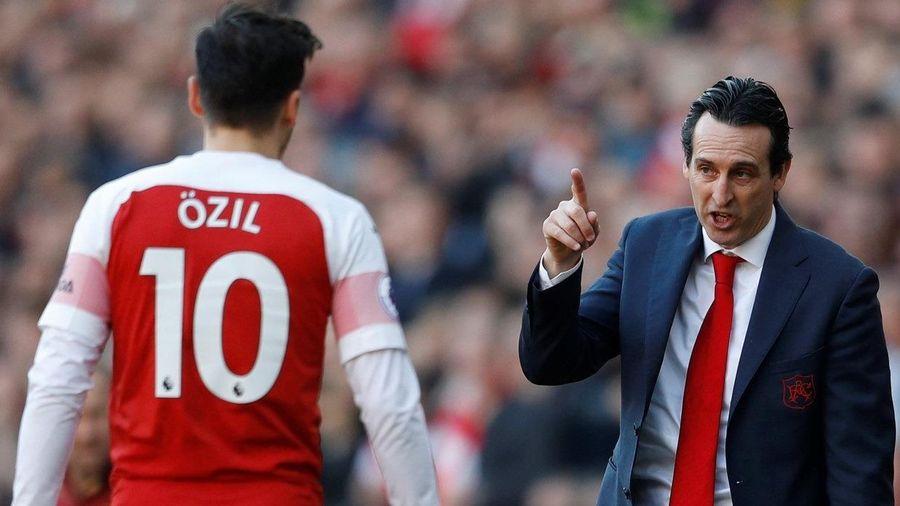 NÓNG: HLV Arsenal nói thẳng Ozil không xứng đá cho đội