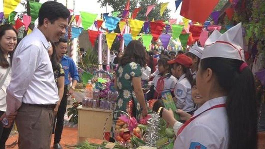Hà Nội: Phó Hiệu trưởng nhiều năm dạy miễn phí cho học sinh khó khăn