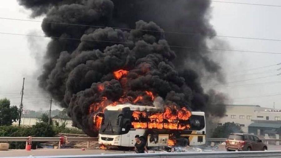 Xe khách cháy rừng rực như bó đuốc tại cao tốc Hà Nội - Bắc Giang