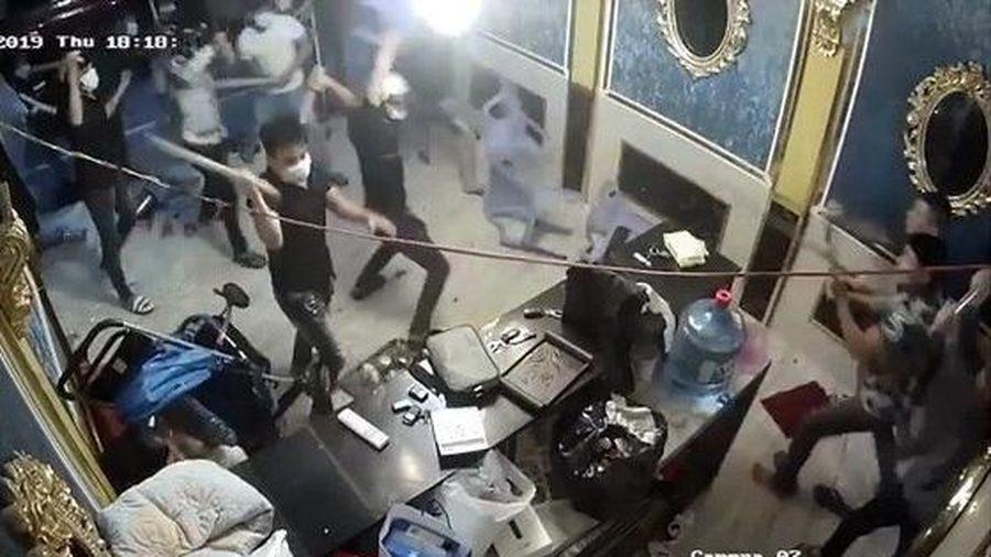 Người đàn ông đến nhà bạn chơi bị nhóm đòi nợ chém gần lìa tay ở Sài Gòn