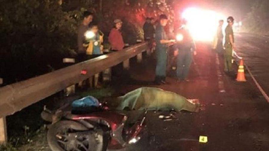 Người đàn ông chạy xe máy chết thảm dưới bánh container
