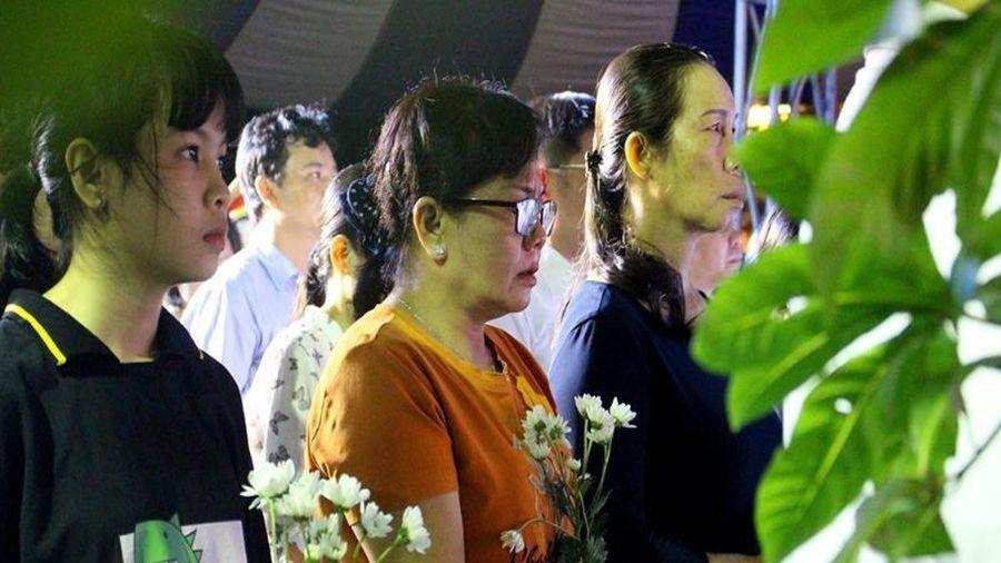 Người thân nạn nhân TNGT khóc nghẹn trong buổi cầu siêu