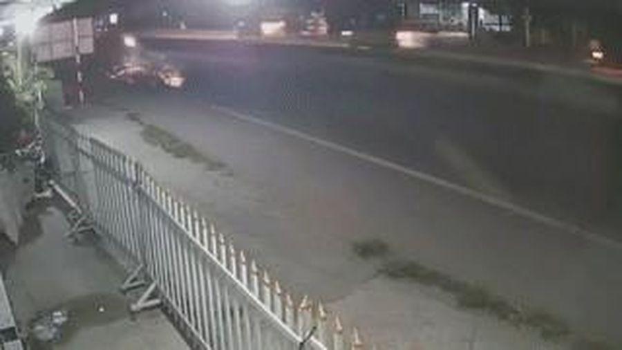 Xe máy đâm trúng cụ bà rồi trượt dài trên đường