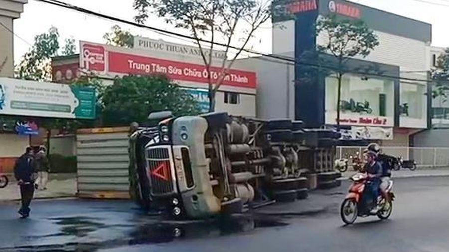 Xe đầu kéo lật nhào khi ôm vòng xuyến tại Đà Nẵng
