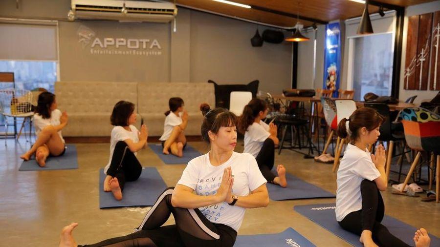Tận dụng giờ nghỉ trưa, chị em công sở rủ nhau tập yoga giữ dáng