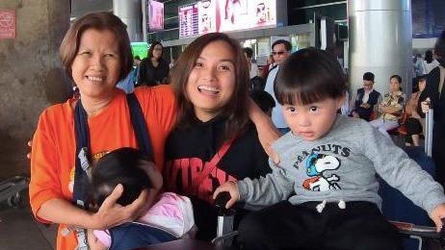 Vlogger Quỳnh Trần và bé Sa được fan chào đón khi về Việt Nam
