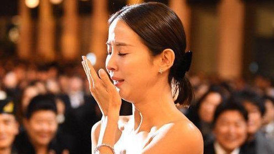 'Nữ hoàng cảnh nóng' khóc nức nở trên sân khấu