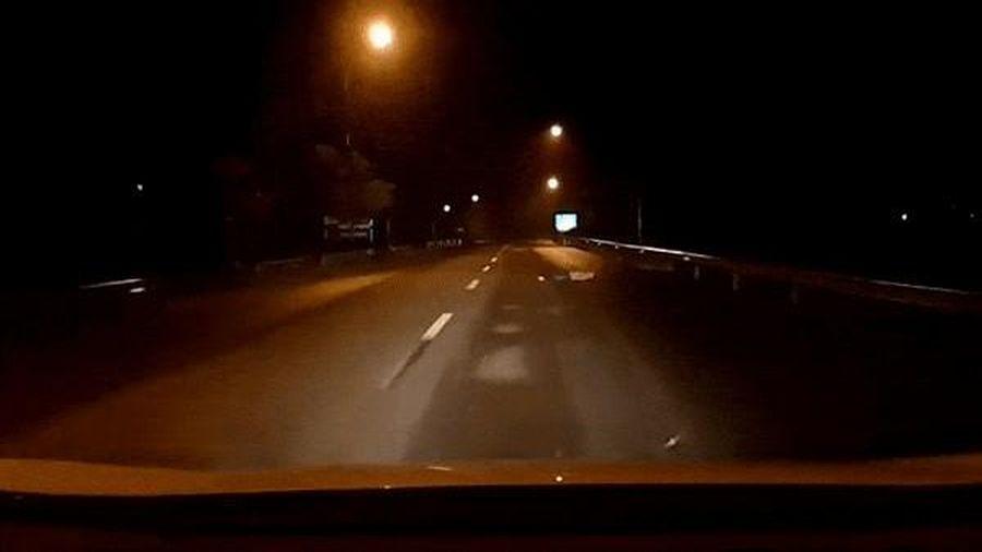 Tài xế ôtô đánh lái kịp thời tránh người nằm giữa đường