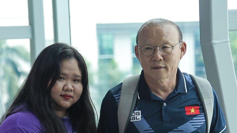 HLV Park chụp ảnh cùng người hâm mộ trước giờ lên đường dự SEA Games