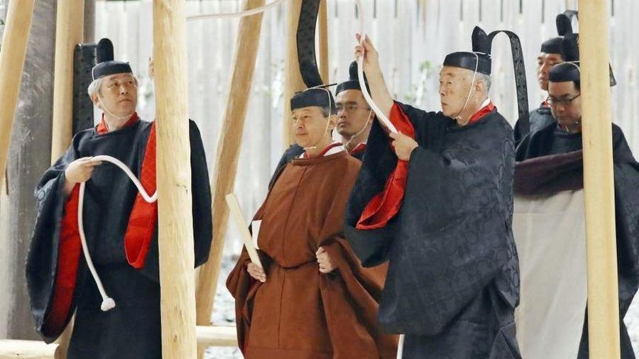 Nhật hoàng báo cáo với thần linh việc hoàn tất nghi lễ đăng cơ