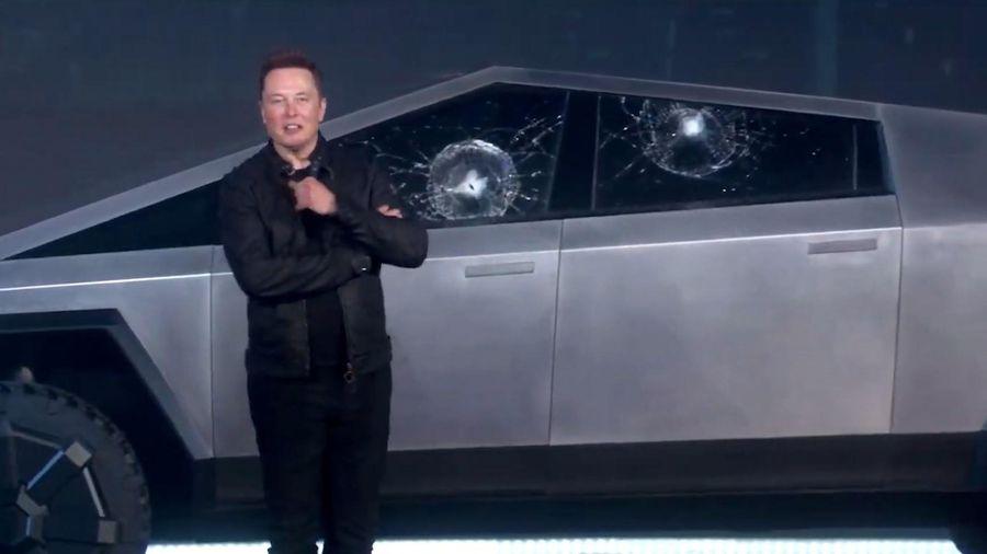 Xe bán tải chống đạn Tesla bị vỡ kính ngay trên sân khấu