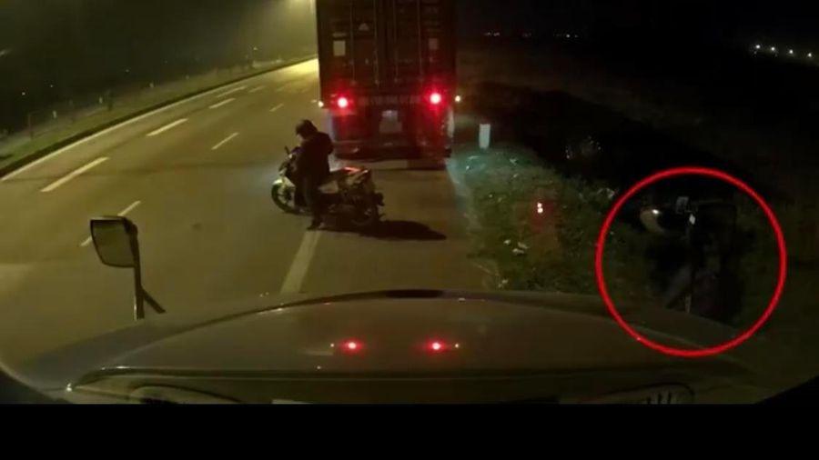 Trộm vặt kính chiếu hậu xe container trong 10 giây