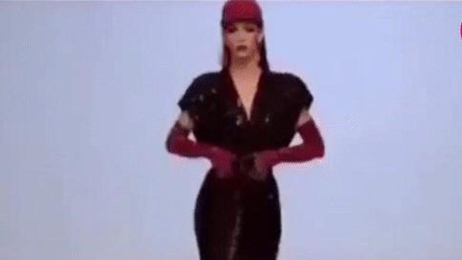 Những lần người mẫu không ngần ngại thay đồ ngay trên sàn diễn