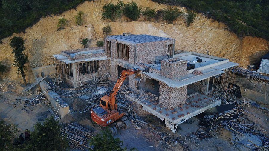 Phá dỡ biệt thự xây trái phép trên đồi ở Hạ Long