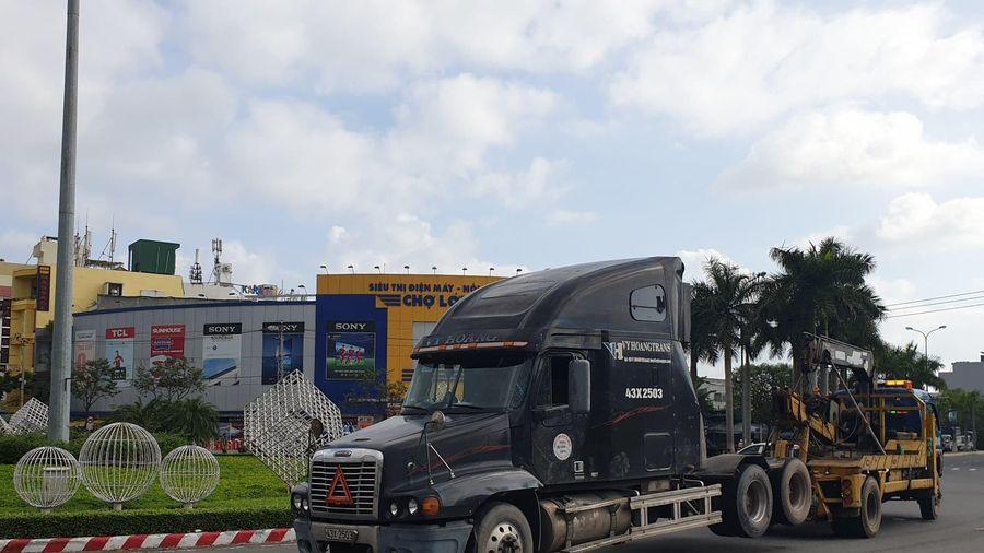 Đà Nẵng: Hoảng hồn khi đầu kéo container lật khi ôm vòng xuyến