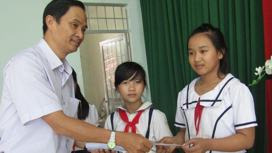 Báo SGGP trao học bổng cho học sinh nghèo hiếu học tỉnh Tây Ninh