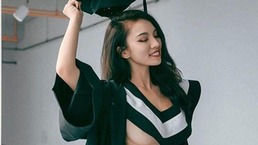 Hot girl thả rông, tạo dáng lạ với áo cử nhân thu hút sự chú ý