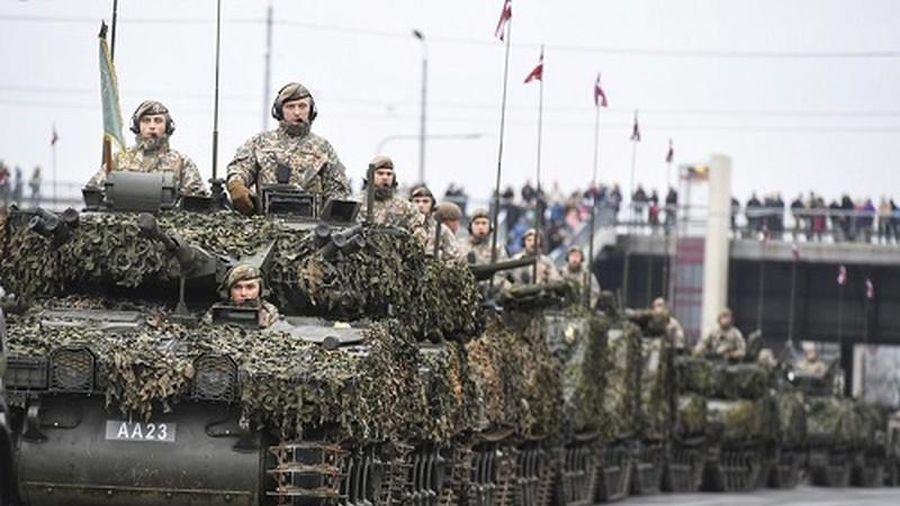 'Gã hàng xóm NATO' chung biên giới diễu binh khiến Nga nóng mặt