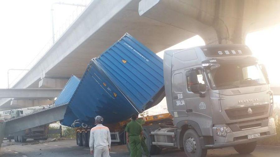 Nhiều sai phạm ở cầu bộ hành ngang Xa lộ Hà Nội bị xe container kéo sập