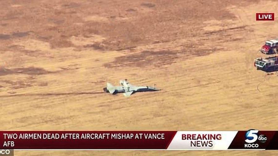 Sau tai nạn làm 2 phi công thiệt mạng, máy bay T-38 của Mỹ nằm ngửa trên mặt đất