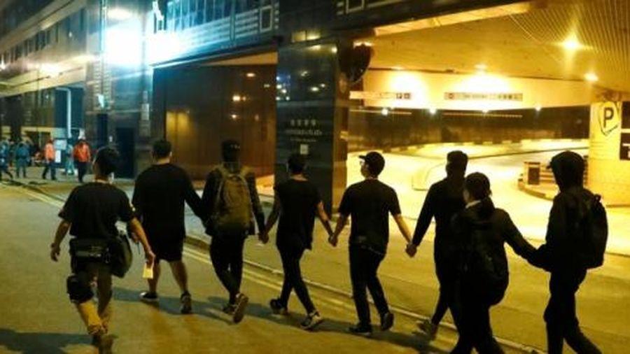 8 người biểu tình ở Hong Kong đầu hàng cảnh sát