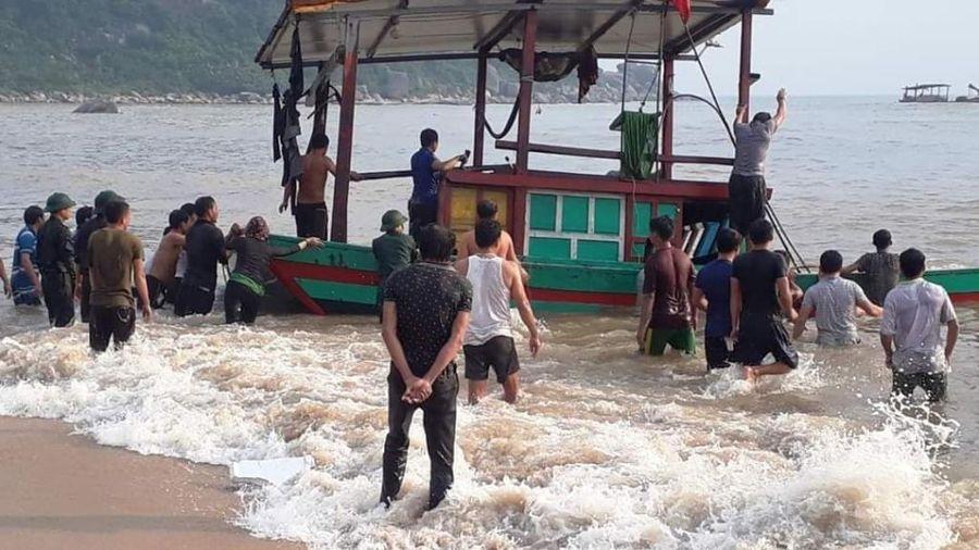 Hà Tĩnh: 3 ngư dân trên tàu cá bị chìm trên biển được ứng cứu kịp thời