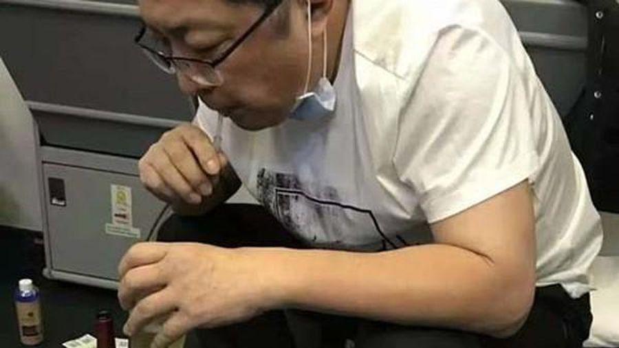 Bác sĩ dùng miệng hút nước tiểu cứu người trên máy bay