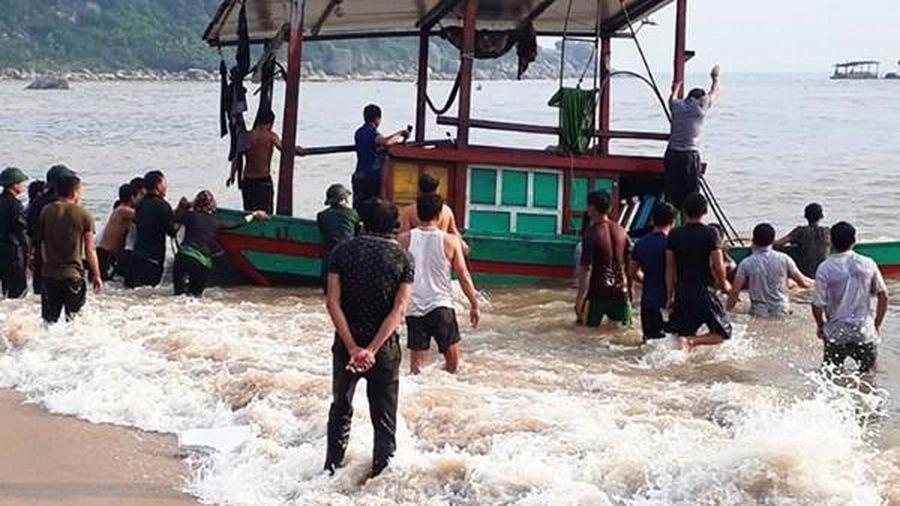 Cứu 3 ngư dân bị chìm thuyền trên biển