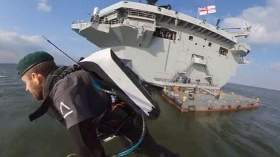 'Người tên lửa' Anh bay như chim từ tàu sân bay 4 tỷ USD