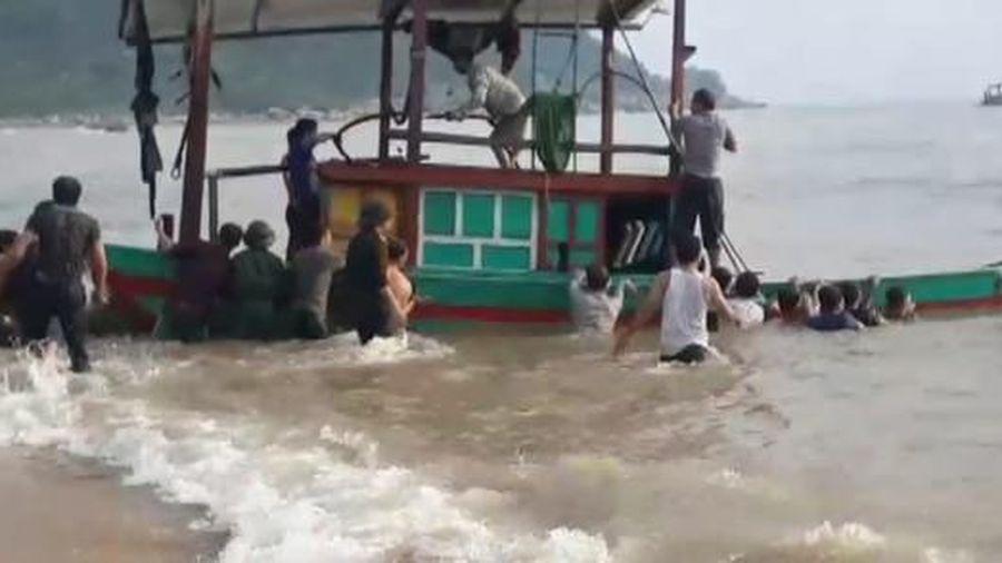 Tàu đánh cá chìm giữa biển, 3 ngư dân may mắn được cứu sống
