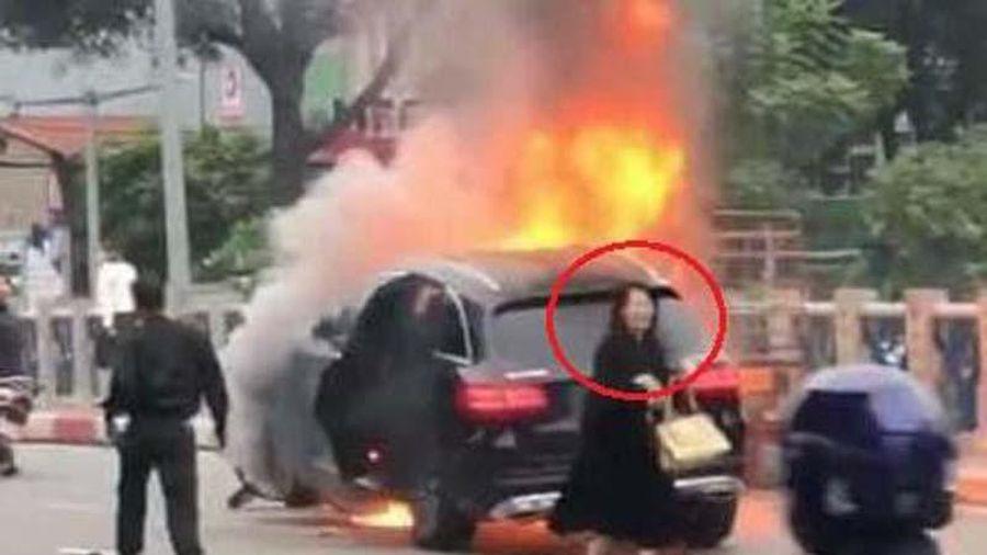 Giây phút CSGT lao vào cứu tài xế Grab đang bốc cháy, kẹt trước mũi xe Mercedes
