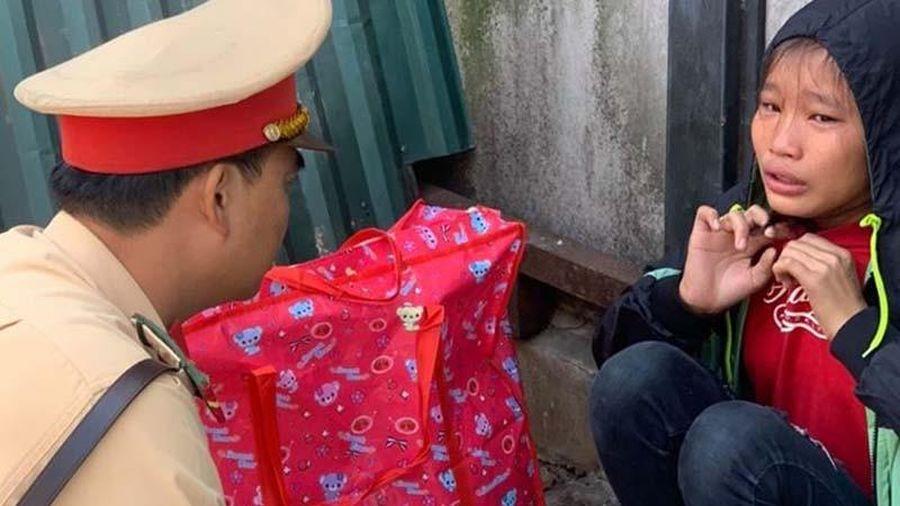 CSGT Hà Nội giúp bé gái mệt, đói lả bên vệ đường về với gia đình ở Thanh Hóa
