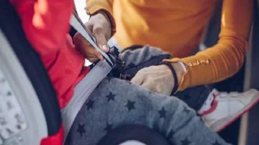 Trẻ em mặc áo khoác dày có thể 'gặp họa' khi ngồi trong ô tô
