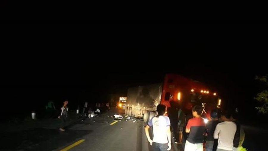 Va chạm với container 2 thanh niên tử vong tại chỗ
