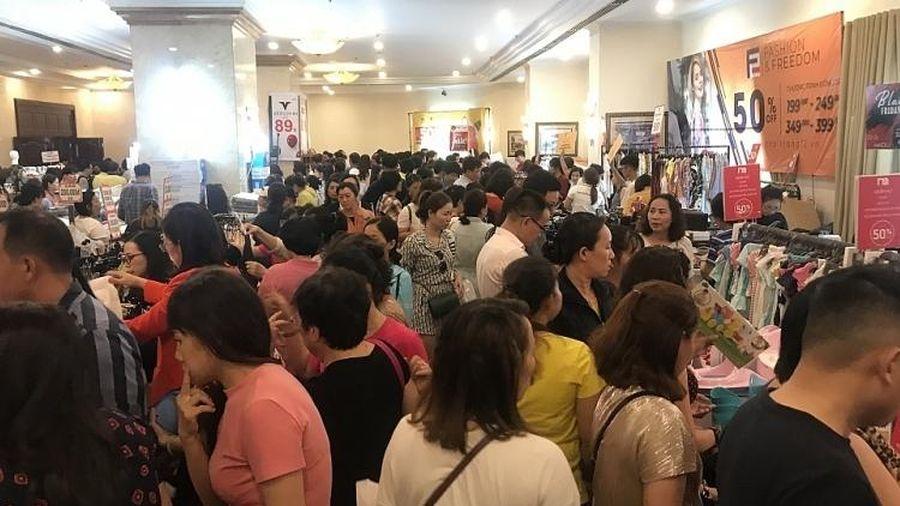 TPHCM: Chen chân mua sắm hàng hiệu tại ngày hội Black Friday sớm
