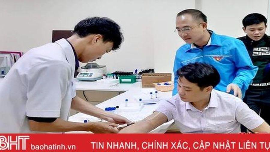 4 đoàn viên thanh niên Hà Tĩnh tham gia hiến máu cứu cụ ông