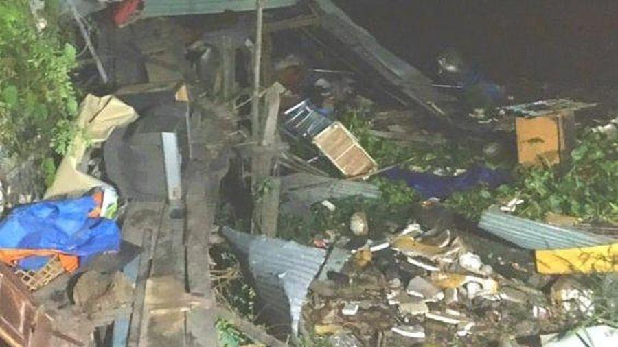 An Giang: Sà lan tông vào hàng loạt nhà dân