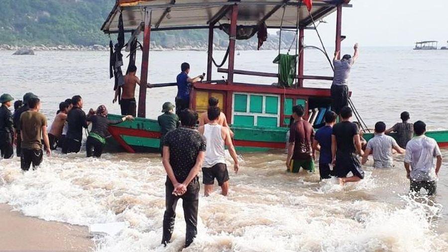 Cứu kịp thời 3 ngư dân bị chìm thuyền trên biển Hà Tĩnh