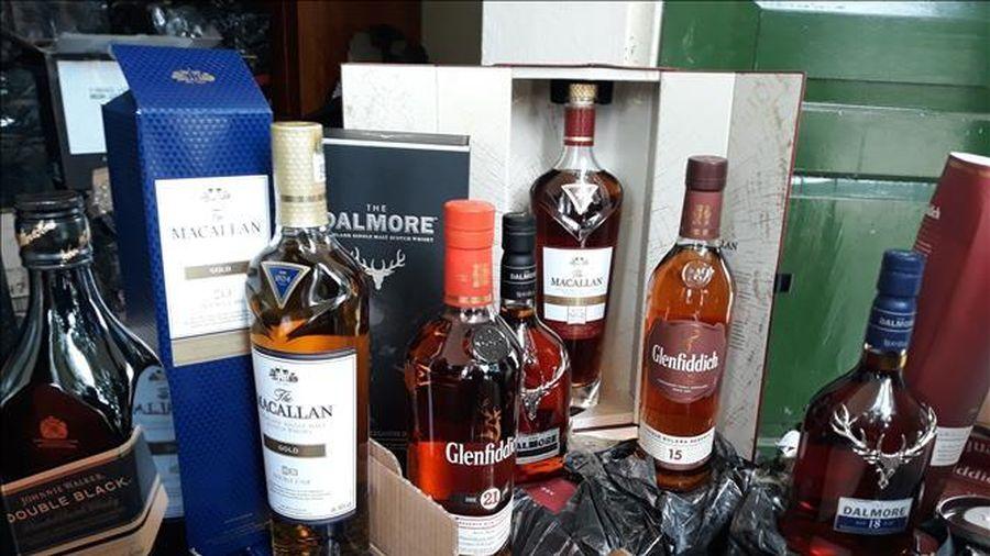 Bắt quả tang xe container chở hơn 100 thùng rượu ngoại nhập lậu