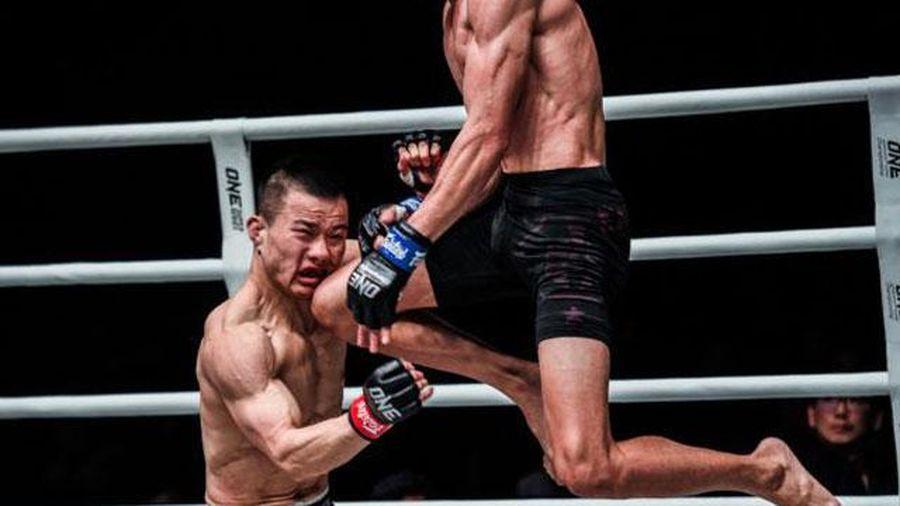 'Lạnh gáy' trước cú lên gối cực mạnh khiến võ sĩ Trung Quốc 'đổ như cây gặp bão'