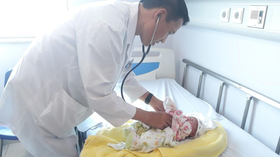 Các bác sĩ Việt Nam 'cải tử hoàn sinh' cho cháu bé người Lào 8 mới ngày tuổi