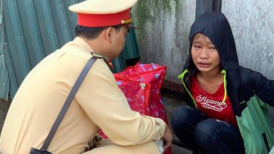 Cháu gái 13 tuổi đói lả trên đường được cảnh sát giao thông giúp đỡ