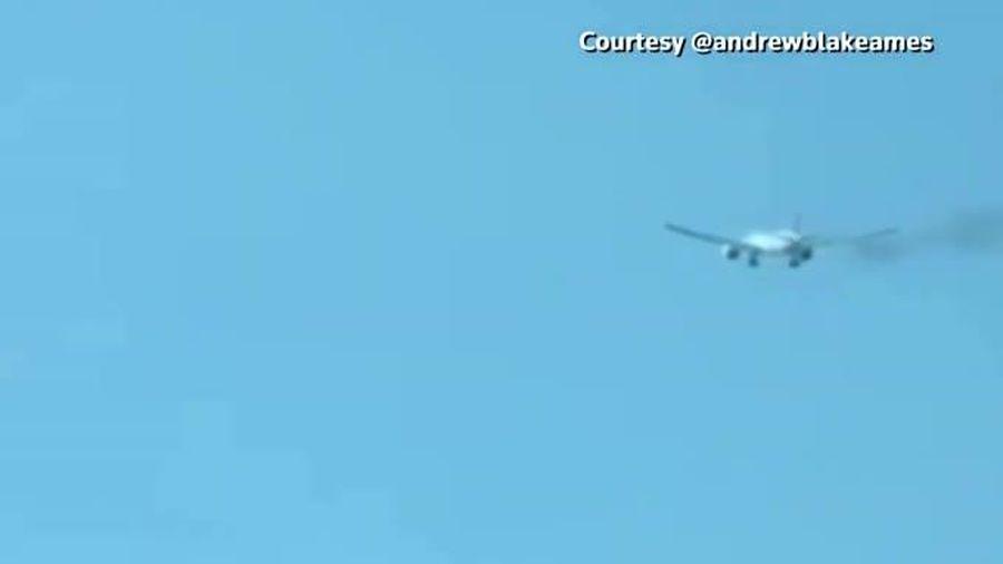 Hãi hùng cảnh Boeing 777 bốc cháy, bắn lửa trên không