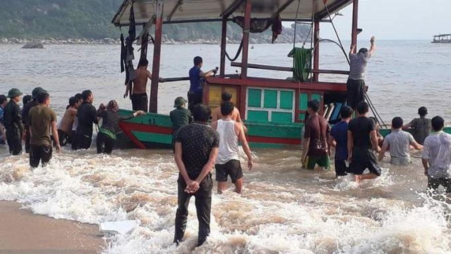 Tàu cá bị đánh chìm, 3 ngư dân may mắn được cứu sống kịp thời