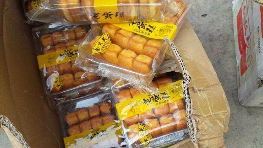TPHCM: Bắt xe tải chở gần 1 tấn bánh Trung Quốc nhập lậu bán cho học sinh