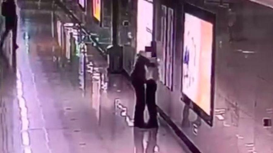 Không muốn con gái sợ hãi, bà mẹ ôm mặt khóc một mình ngoài ga tàu và hành xử cảm động của nữ nhân viên