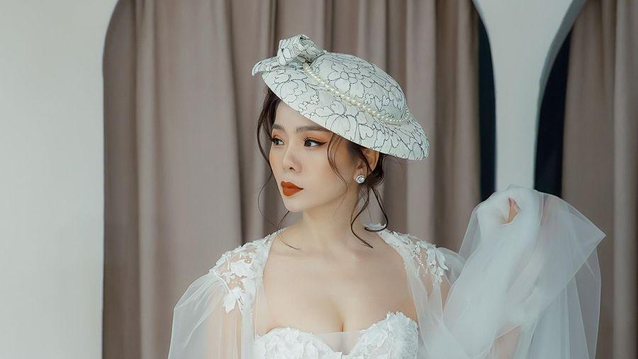Lệ Quyên o ép vòng 1 gợi cảm khi mặc áo cưới diễn thời trang