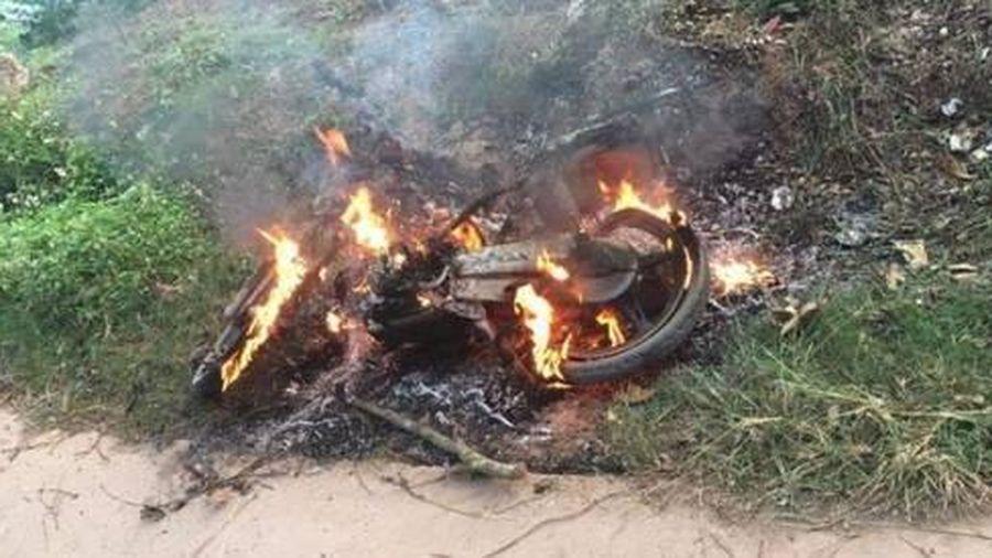 Trộm 11 con ngan bị người dân đốt xe, đánh nhập viện