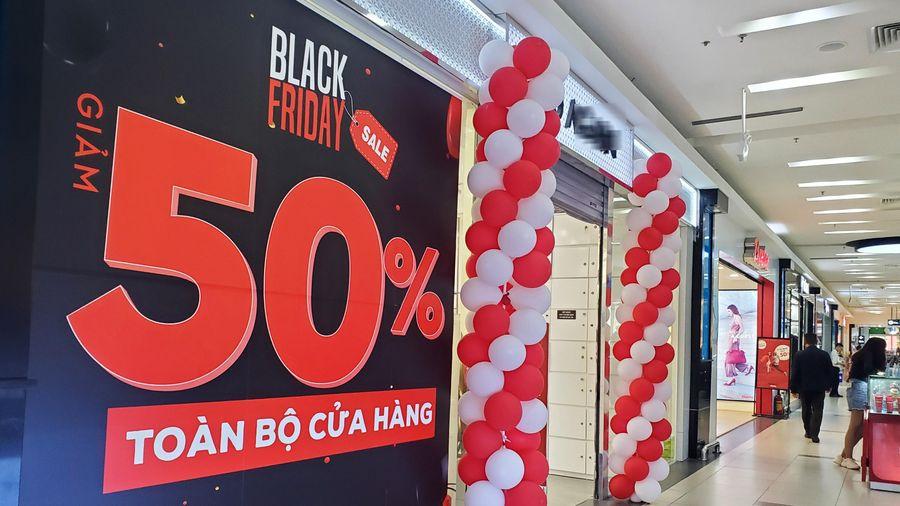 Chưa đến Black Friday, phố thời trang Hà Nội đỏ rực biển hiệu siêu giảm giá