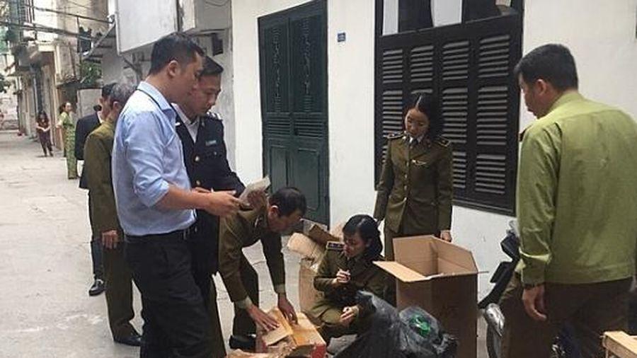 Hà Nội: Đột kích cơ sở kinh doanh đang 'hô biến' nhãn mác từ Trung Quốc thành hàng hiệu